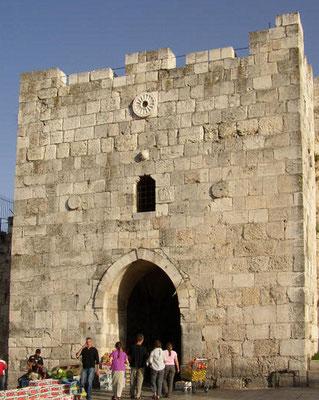 Jérusalem avait été entièrement détruite par les armées romaines de Titus. Les portes et la muraille ont été reconstruites par le sultan ottoman Soliman le Magnifique, au XVIe siècle de notre ère.