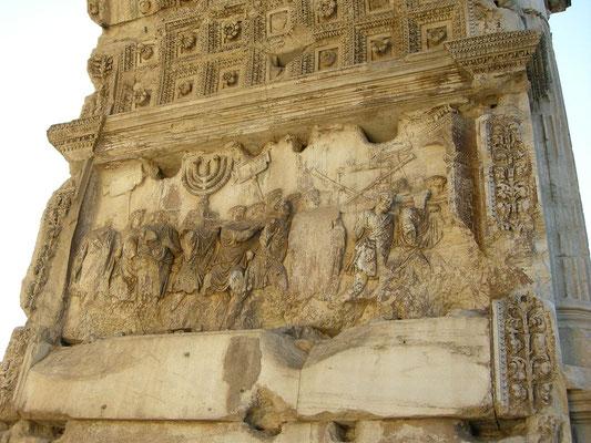 Vespasien et Titus sont triomphalement acclamés à Rome. Les captifs et le butin tiré du pillage de Jérusalem et de son temple défilent dans la ville et sont présentés au peuple romain.  L'arc de triomphe de Titus à Rome immortalisera ce moment de gloire.