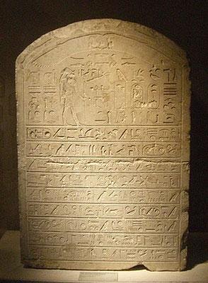 Stèle de l'Apis enterré sous le règne d'Apriès - Louvre. On peut déduire sans le moindre doute la durée des règnes des rois de la XXVIème dynastie. Psammétique I : 54 ans; Néko : 15 ans Psammétique II : 6 ans Apriès (= Hophra) : 19 ans