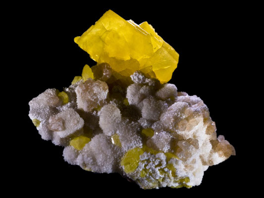 Le soufre de couleur jaune vif brûle en émettant du SO2 suffocant. Le soufre était utilisé pour ses propriétés combustibles. Il rentre dans la composition du feu grégeois et de la poudre noire à canon. Le soufre est cité plusieurs fois dans la Bible.