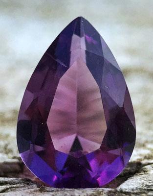 L'améthyste, retrouvée sur le pectoral d'Aaron et dans les fondations de la muraille de la nouvelle Jérusalem, est une variété de quartz violet de formule SiO2 dont la teinte est due aux traces de fer.