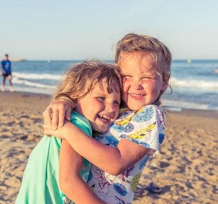 Le bonheur est simple, il dépend de notre état d'esprit. Il se nourrit de petites choses du quotidien à condition que nous prenions la peine de remarquer tout ce que la vie nous offre :  se réveiller au chant des oiseaux, entendre les rires des enfants...