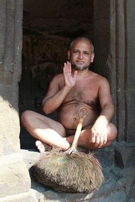 Les Digambara : vêtus d'espace, chez lesquels la femme n'a aucune chance de salut sauf lorsqu'elle se sera réincarnée en homme. Les jaïns Digambara renoncent à tout désir de possession jusqu'à leurs vêtements. Il y a 14 stades à franchir.