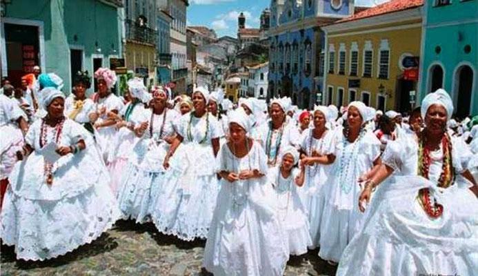 Le Candomblé, mélange de catholicisme, de rites indigènes et de croyances africaines est une religion consacrée au culte des orixás. Introduit au Brésil par les esclaves issus de la traite des Noirs (les esclaves vénéraient un orixa derrière chaque saint.