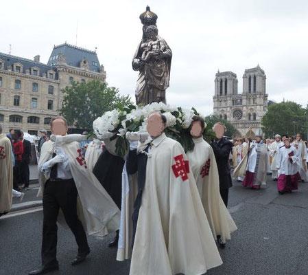 Procession catholique à Paris devant la cathédrale Notre Dame. Idolâtrie dans la religion catholique. Babylone la grande se complaît dans l'idolâtrie.
