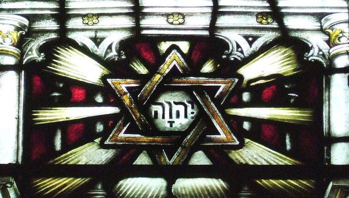 St Annes Church Manchester England - wikipedia commons. Le Tétragramme YHWH en hébreu est au centre de l'étoile de David.
