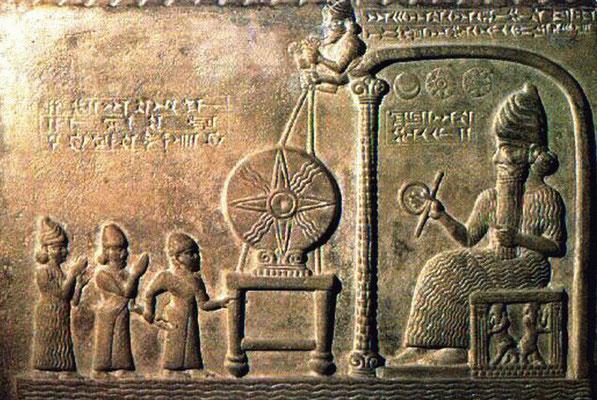 dieu Shamash assis sur son trône, IXe siècle av. J‑C, British Museum. Le soleil a été adoré dans toutes les civilisations. Avec Sin, la lune et Ishtar, la planète Vénus, ils forment une triade. Les astres sont adorés à Babylone, l'astrologie est répandue.
