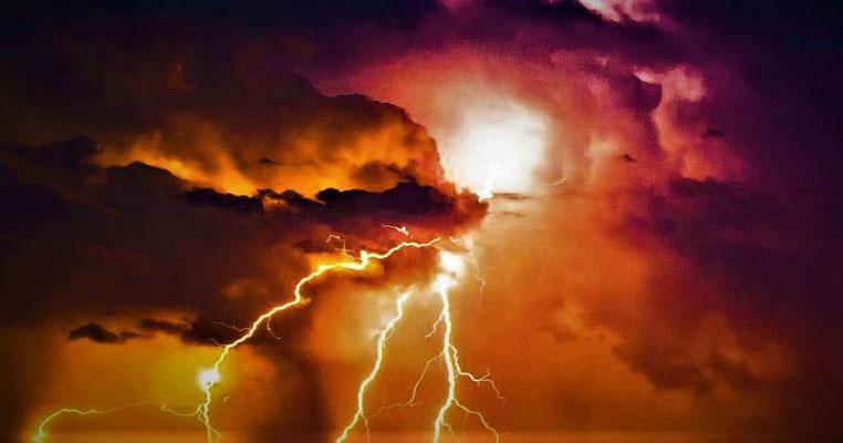 Les éclairs, le tonnerre, la grêle, les tremblements de terre, les voix... sont des manifestations de la puissance, de la colère du Tout Puissant, Jéhovah Dieu.