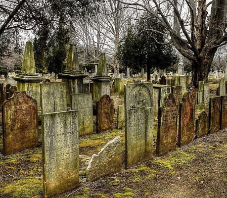 """Dans l'Ancien Testament, l'enfer est traduit de l'hébreu « shéol ». Il désigne la tombe commune à tous les morts, celle où l'on retourne à la poussière, à l'inexistence. Le mot hébreu « shéol » est aussi traduit par """"sépulcre"""" ou par """"séjour des morts""""."""