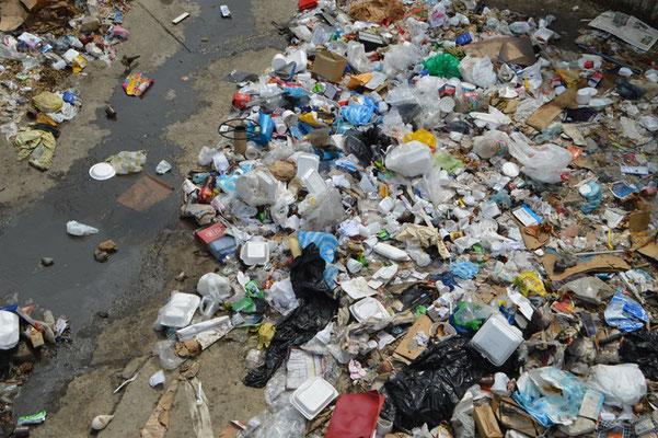 Dieu va saccager ceux qui saccagent la Terre. Il mettra fin aux pollutions! La Terre redeviendra un Paradis.