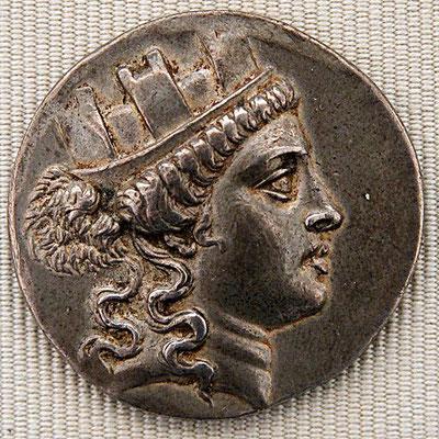 Cybèle est assimilée à Artémis, Astarté, Ashtaroth, Ashera, Ishtar, Isis, Aphrodite, Vénus, Tanit, Narundi, Al-lat, Ma, Atargatis, Mylitta. Toutes ces divinités ne seraient que les variantes d'un seul et même concept religieux.
