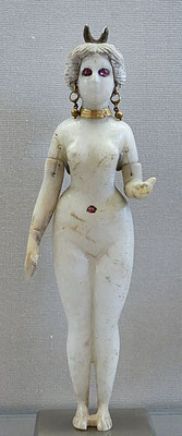 Ishtar ou Astarté est la déesse aux 1000 noms. Astarté = Ishtar = Inanna = Anat = Ashtart = Ashéra = Tanit = Dercétis = Atargatis = Turan = Aphrodite = Vénus. C'est la célèbre déesse de la fécondité, du ciel, de la guerre et de l'amour physique.