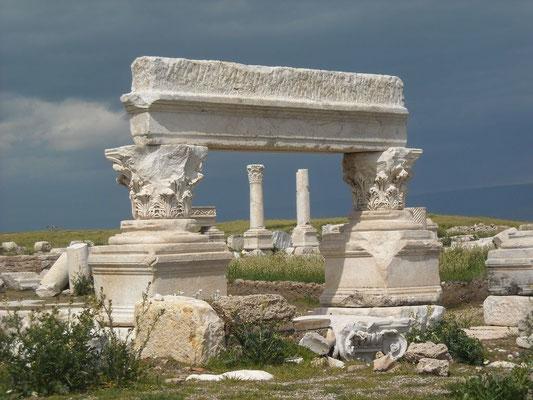 La dernière église, la 7ème, à qui Jésus écrit est l'église de Laodicée. La ville antique de Laodicée du Lycos était la capitale de la Phrygie en Asie Mineure. Ses ruines sont encore visibles à 6 km du centre de Denizli en Turquie.