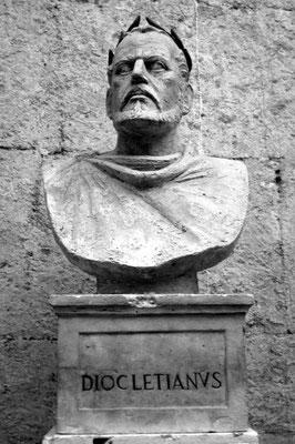 Dioclétien est le fondateur du système de la Tétrarchie - L'empire romain est alors gouverné par une tétrarchie, le pouvoir étant partagé entre Maximien et Constance pour le côté Occidental et Dioclétien et Galère pour le côté Oriental.