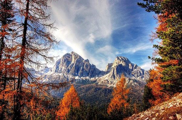 Dans la Bible, les montagnes et les collines symbolisent les organisations politiques qui exercent le pouvoir sur les humains. Les 7 têtes de la bête de l'Apocalypse sont 7 montagnes.