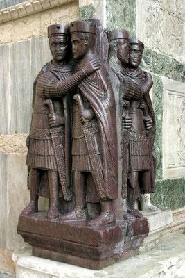 Dioclétien (284-305) décide, en 285, de partager son pouvoir avec Maximien Hercule (285-305) et fonde le système de la Tétrarchie (2 Augustes ou empereurs principaux nomment 2 Césars ou empereurs adjoints).  Dioclétien choisit son gendre Galère (293-311).