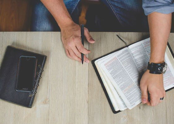 Veillons donc à agir en harmonie avec nos croyances. Que notre Foi soit rendue vivante en étant accompagnée par de belles œuvres ! Etudions la Parole de Dieu profondément.