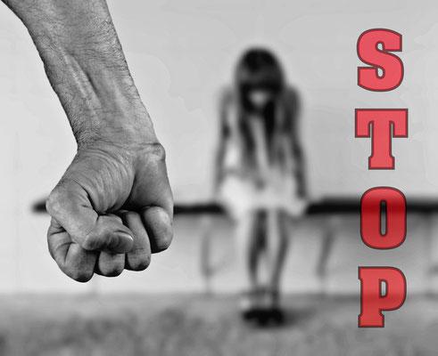 Les plus de 44'000 appels reçus en France par le service d'écoute de victimes de violences conjugales durant le confinement (mars-avril 2020) nous donne une idée de l'oppression que vivent de nombreuses femmes au quotidien –