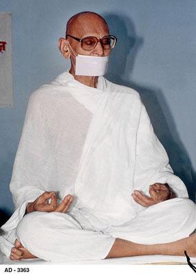 Les Jvetambara, vêtus de blanc. Les moines portent un masque sur la bouche pour éviter d'avaler un insecte et mangent seulement le jour afin de n'avaler aucun moustique.