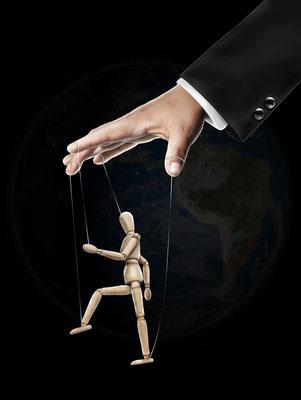 Nous sommes aujourd'hui soumis, dans le monde entier, à une manipulation médiatique intense cherchant à nous imposer la pensée unique des dirigeants et à des pressions pour nous forcer à obéir par la peur, le chantage et la menace.