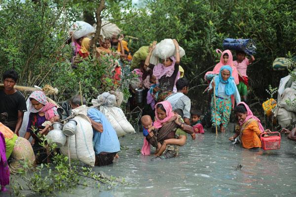 En Birmanie, des moines bouddhistes poussent à la haine raciale contre les Rohingya musulmans. Les enfants rohingya n'ont même plus droit à un certificat de naissance. Ces apatrides survivent pour la plupart grâce à l'aide alimentaire internationale.