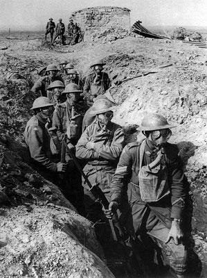Les soldats s'enlisent dans une guerre de tranchées bordées de barbelés (600 km de tranchées de la mer du Nord à la Suisse). Ils vivent l'enfer. Les gaz asphyxiants sont utilisés par les Allemands à partir de 1917. La Bible a prophétisé ces évènements.