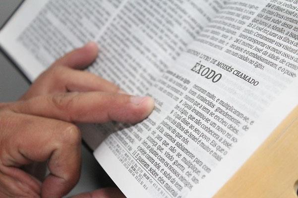 L'étude des textes bibliques contenus dans la Bible, le livre que Dieu a transmis aux humains afin de répondre aux grandes questions existentielles, nous permettra de connaître son dessein à l'égard de l'humanité.