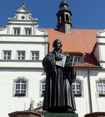 La pratique des indulgences est de plus en plus perçue comme une forme de corruption au cours du XVIe siècle, corruption que dénonce le moine Martin Luther (1483-1546). Le commerce des indulgences est le déclencheur de la Réforme protestante.