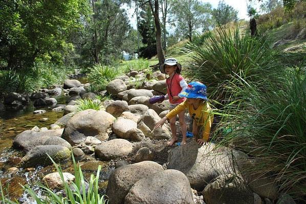 Le bonheur est souvent très simple. Les meilleurs souvenirs sont parfois des jeux d'enfants au bord d'un ruisseau, un pique-nique à la montagne après une magnifique randonnée, la compagnie d'une amie souriante autour d'une coupe de fruits d'été.