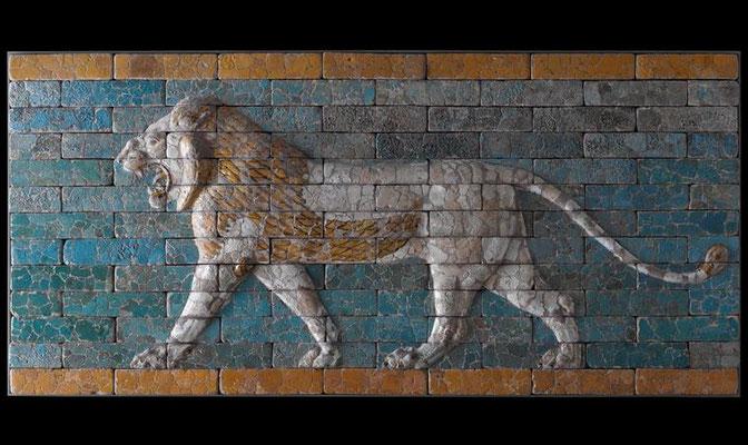 Plus de 120 lions ailés sont représentés sur la Voie Processionnelle de Babylone qui s'étend sur environ 1 km. Le prophète Daniel a pu admirer ces bas reliefs.