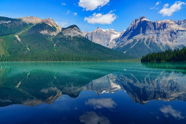 La montagne est utilisée comme symbole à de nombreuses reprises dans la Bible. Du fait de son altitude, elle est associée à une position élevée et honorable, à l'autorité, à l'adoration, à l'origine céleste, à la présence de Dieu.