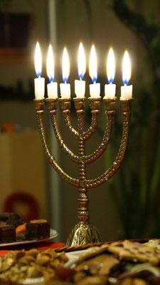 Le 14 décembre 164 av J-C, exactement 3 ans après l'interdiction du culte de Jéhovah, la fête de l'Edification ou fête de la Dédicace, Hanoucca, est célébrée pour la première fois dans le Temple rendu au seul culte juif.
