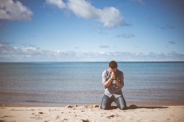 Priez sans cesse, exprimez votre reconnaissance en toute circonstance; Persévérez dans la prière, veillez-y dans une attitude de reconnaissance. La prière du juste agit avec une grande force.