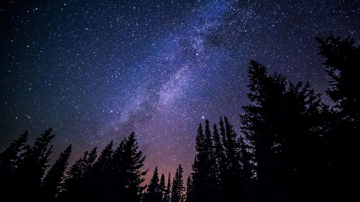 Jéhovah Dieu Tout-Puissant, le Maître de l'univers, le Souverain suprême est digne d'être adoré, honoré, loué, glorifié.