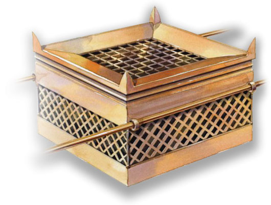 L'autel des holocaustes construit par Moïse se trouve dans le parvis devant l'entrée de la Tente de la rencontre ou Tabernacle. Il est carré 2,5 m de côté en bois d'acacia recouvert de bronze. Grille, ustensiles en bronze. 4 cornes sortent aux 4 angles.