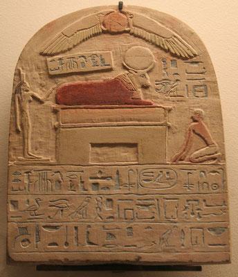 Stèle de l'Apis enterré sous le règne de Psammétique Ier - Louvre – Les stèles royales à Apis contiennent de nombreuses dates qui ont aidé à fixer la chronologie égyptienne de la 26e dynastie à la fin de l'époque grecque.