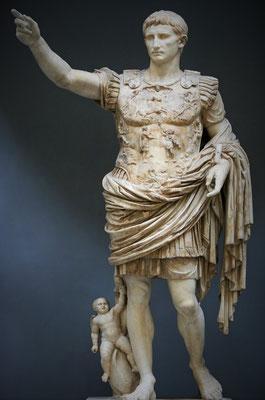 """En 27 avant J-C, Octave réussit, grâce au Sénat, à devenir le premier empereur de Rome et se fait proclamer """" Auguste"""". Cette date marque ainsi le début de ce qu'on appelle véritablement l'Empire romain. Le culte impérial est à l'origine des persécutions."""