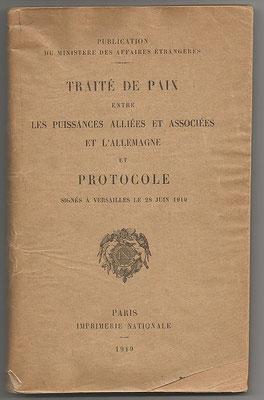 C'est la signature du traité de Versailles dans la galerie des glaces du château, le 28 juin 1919, à la date anniversaire de l'attentat de Sarajevo, qui met réellement fin à la guerre et introduit la Société des Nations (SDN).  Le livre de l'Apocalypse.