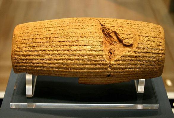 Le cylindre de Cyrus est un cylindre d'argile considéré comme la première déclaration des droits humains. Il a été découvert en 1879 par Hormuzd Rassam dans les ruines de Babylone, en Mésopotamie, aujourd'hui en Irak. Il est depuis exposé au British Muse