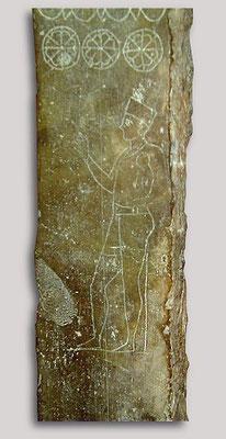 Stèle avec un prêtre portant un enfant, site phénicien du Topheth à Carthage en Tunisie
