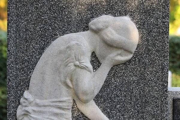 Quand la maladie, le deuil, le chômage ou une séparation nous frappe, le temps semble s'arrêter et nos repères s'effondrer.  Laissons alors s'exprimer la tristesse, la colère, la souffrance, laissons couler les larmes.
