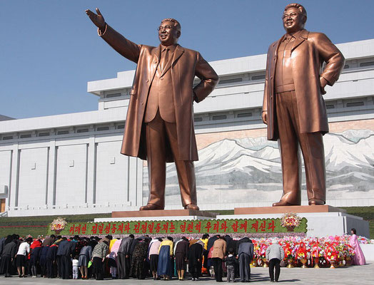 The statues of Kim Il Sung and Kim Jong Il on Mansu Hill in Pyongyang (april_2012), Wikimedia  La faim dans les camps de concentration en Corée du Nord, de nombreux chrétiens survivent dans des conditions abominables.