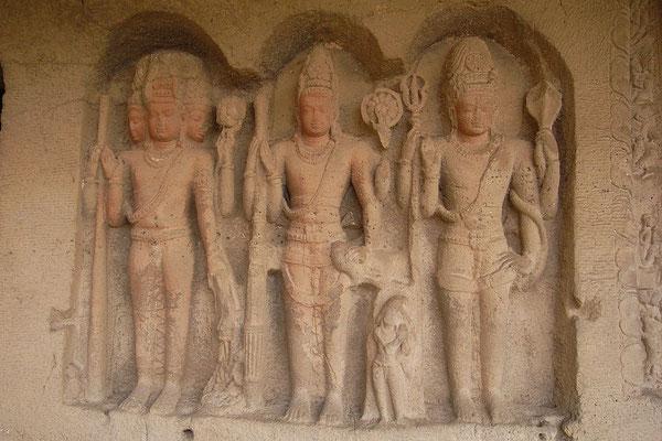 Trimurti (Brahma, Vishnou, Shiva) à Ellora, Inde. Les triades ont été retrouvées dans toutes les civilisations et tous les endroits du monde. La Trinité dérive des triades.