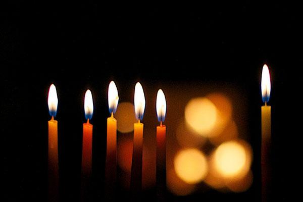 La fête de la Hanoucca est le symbole de la résistance spirituelle du judaïsme à l'assimilation grecque. La fête de la dédicace dure 8 jours et commémore la restauration du Temple après les destructions et les profanations dont il a été victime.