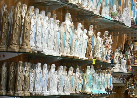 De nombreuses statues de saints - commerce lucratif d'objets religieux - Les marchands s'enrichissent grâce à Babylone la grande