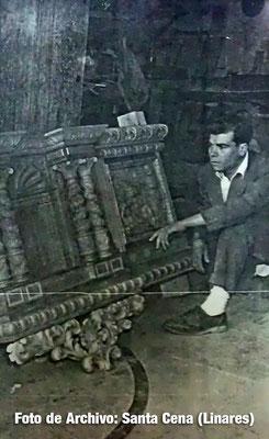 Guillermo Francoso mirando la cartelera central del paso.