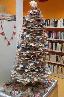 Sapin de Noël réalisé avec des vieux journaux