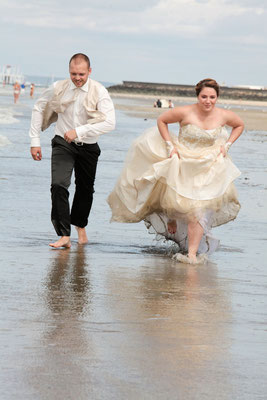 Couple de mariés trash the dress ou day after