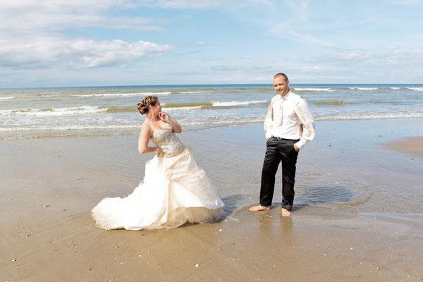 Couple de mariés trash the dress ou day after