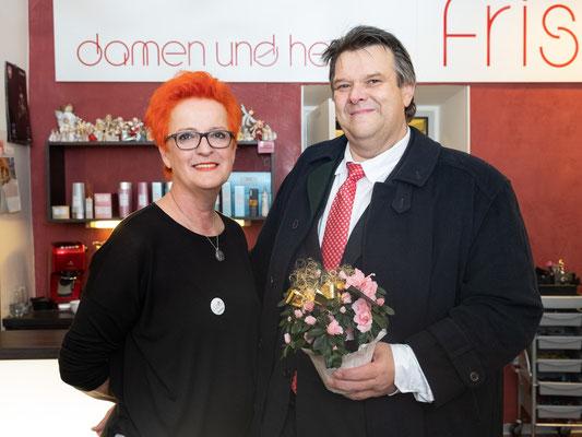 Besuch bei Friseur Rotschopf: Christine Gauster mit SWV-Präsident Karlheinz Winkler. Foto: Michael Schnabl